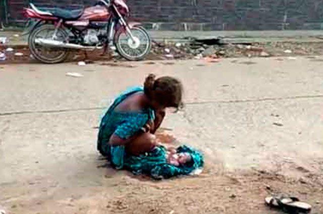 Joven da a luz en plena calle y sin ayuda junto a un hospital
