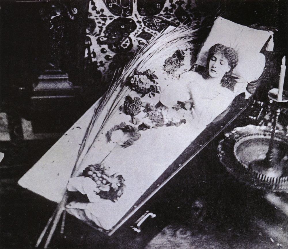 26 марта ее личный врач открыл окно и объявил многотысячной толпе: Мадам Сара Бернар скончалась