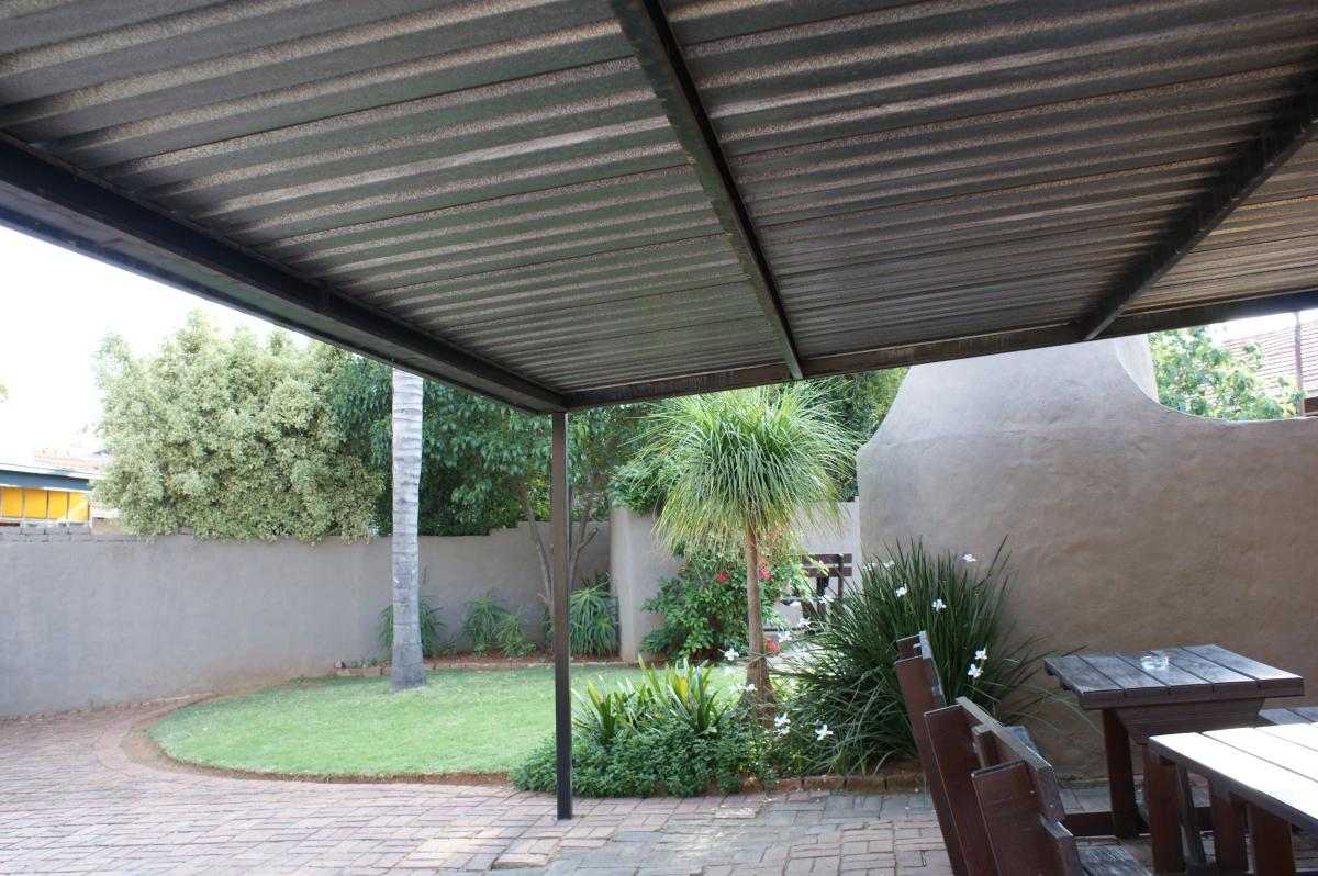 6 Bedroom house for sale in Garsfontein