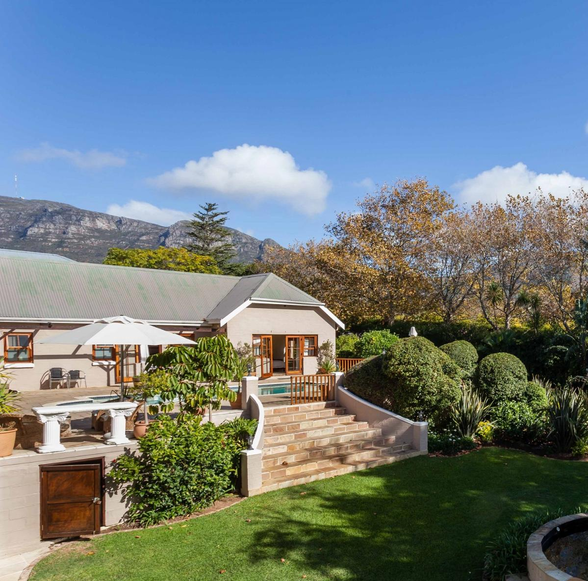 9 Bedroom house for sale in Constantia