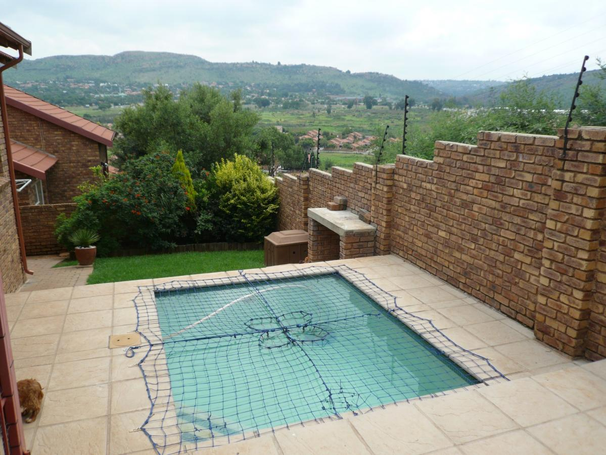 2 Bedroom townhouse - sectional for sale in Wilgeheuwel