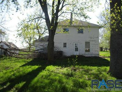 911 N 4TH AVE, Canistota, SD 57012 - Photo 2
