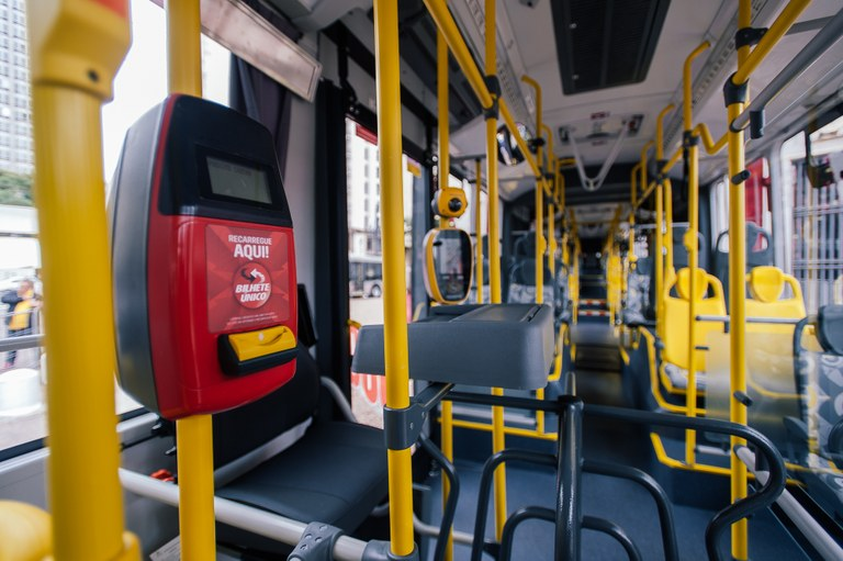 SPtrans entrega 400 ônibus novos com wi-fi e tomada para celular, mas alguns usuários reclamam