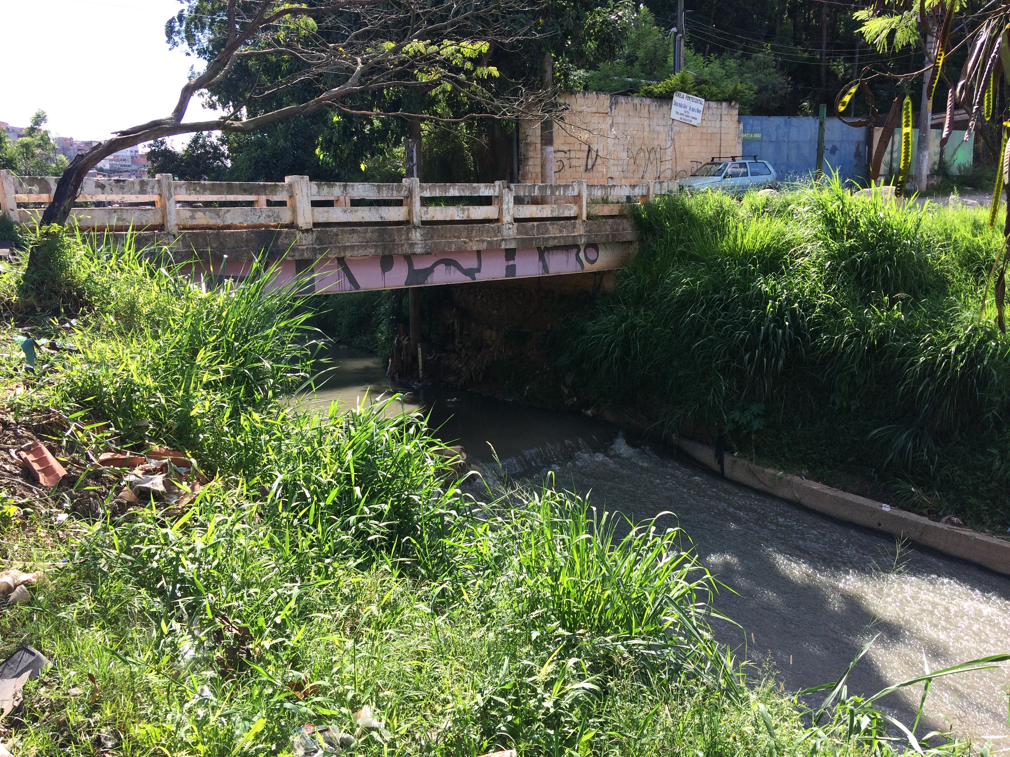 Córrego do Bananal também deságua no piscinão do Bananal. Em suas margens, entulhos e descartes ilegais, como sucatas de carros