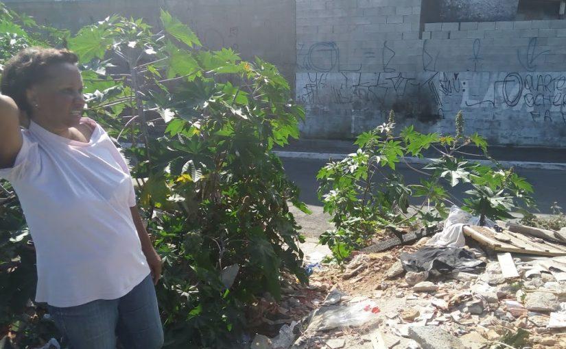 """""""A CDHU arrumou o lugar errado"""", reclamam moradoras sobre esgoto"""