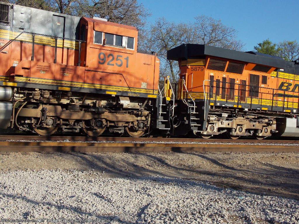 BNSF 9251 and 5879
