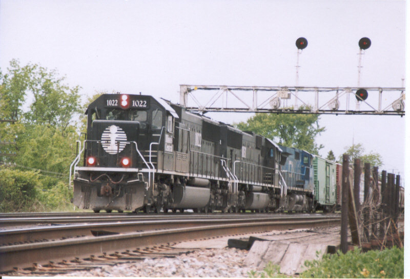 2 IC SD70s and a CN ex-LMS C40-8W lead a BNSF easbound train
