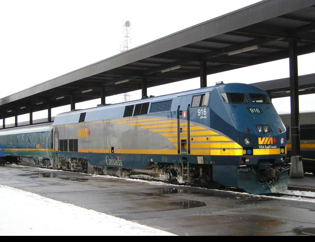 VIARail train 33 Montreal-Ottawa just after (delayed) arrival in Ottawa (Dec, 29 2004))