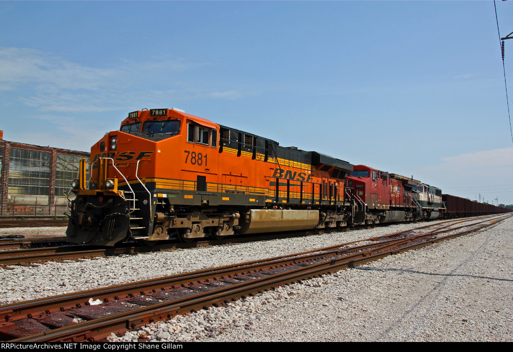 BNSF 7881 Nice powered ore train sits on the TRRA.