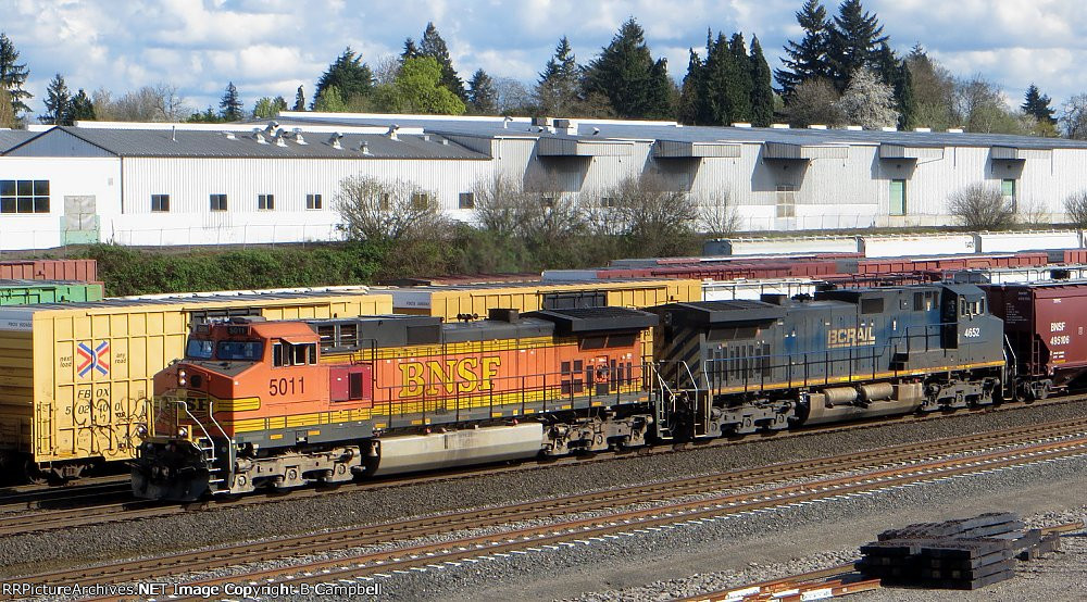 BNSF 5011 with BCOL 4652
