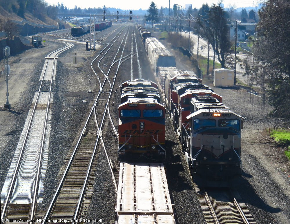BNSF 6848(with DODX flats) meets/passes BNSF 9524