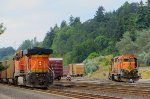 BNSF 6164 on main, BNSF 2085 switch duty