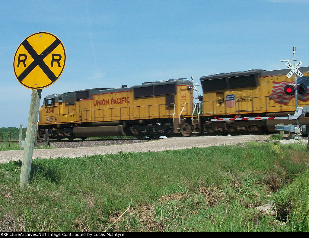 UP 4541 eastbound UP intermodal train