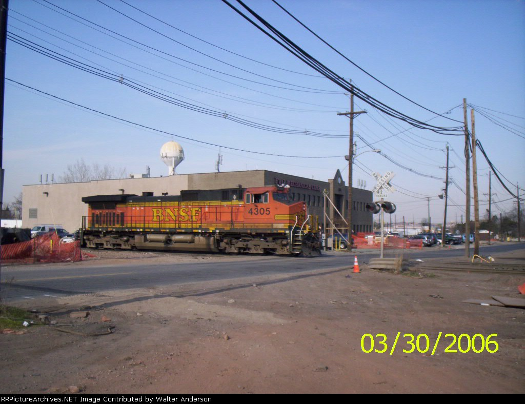 BNSF 4305 heading out of Croxton yard
