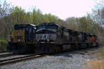 CSX Q418-25 alongside NS 39G