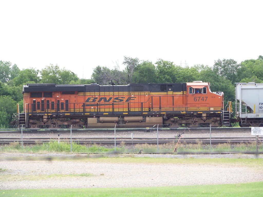BNSF ES44C4 6747