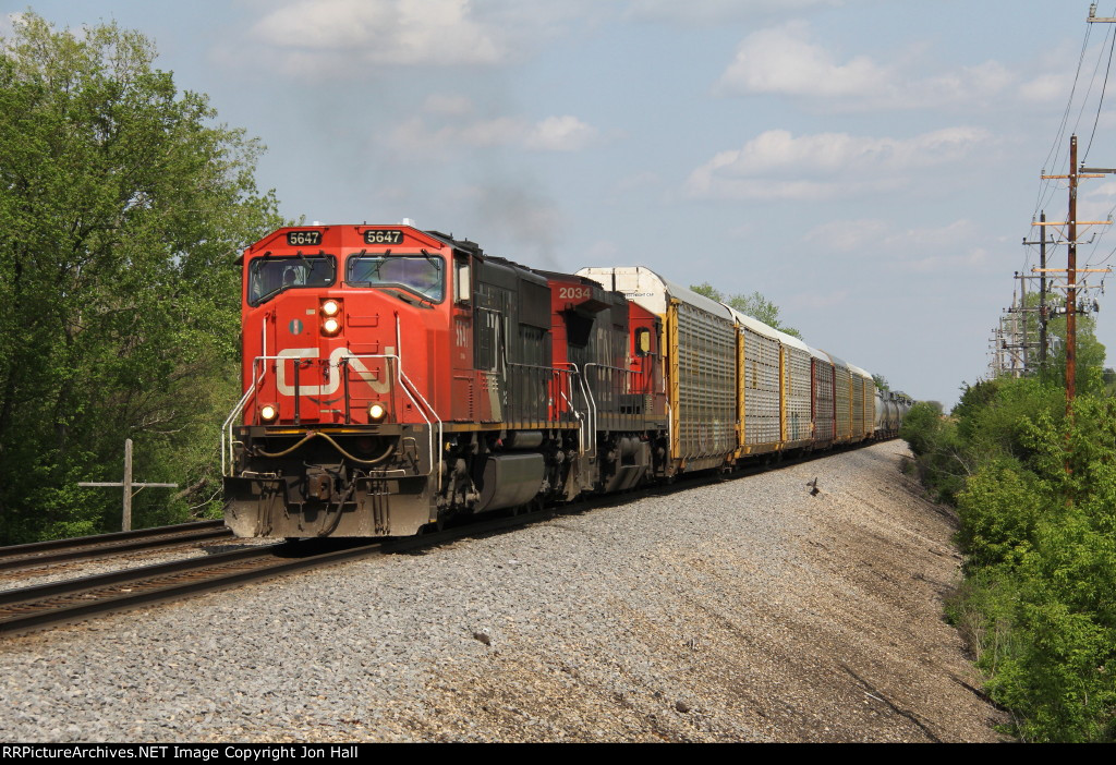CN 5647 & 2034 head west toward the connection with the IC at Matteson with M397