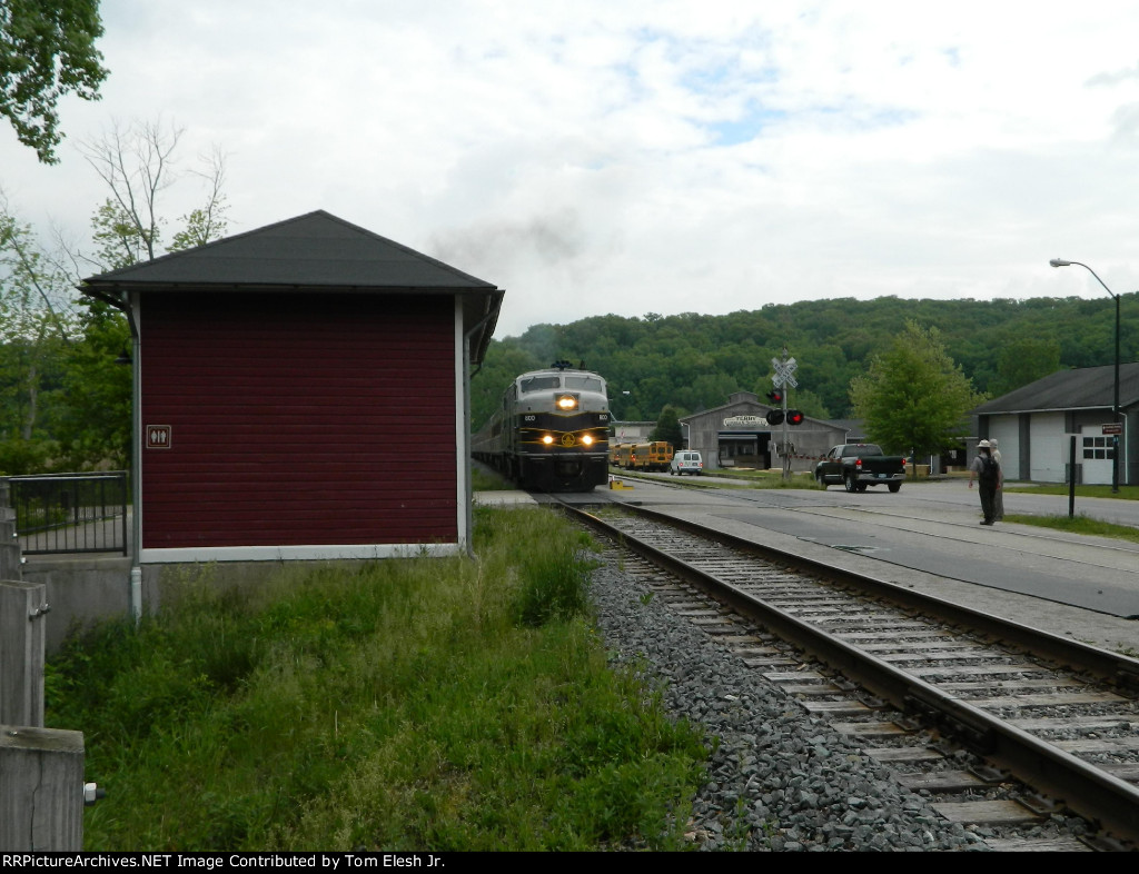 B&O 800 Starting to pull into Peninsula Station