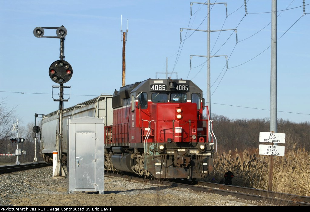 The 4085 comes off the CSX Toledo Subdivision onto the Ottawa (Ohio) Industrial Loop.