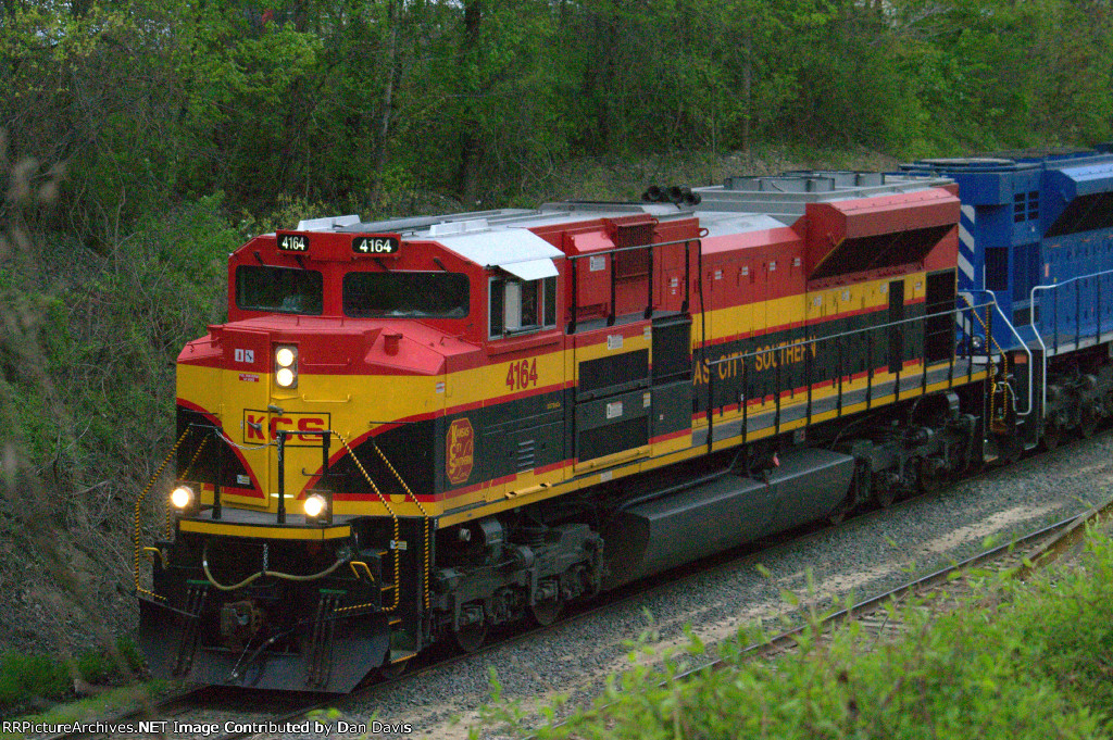 KCS SD70ACe 4164 on the point of K041-07
