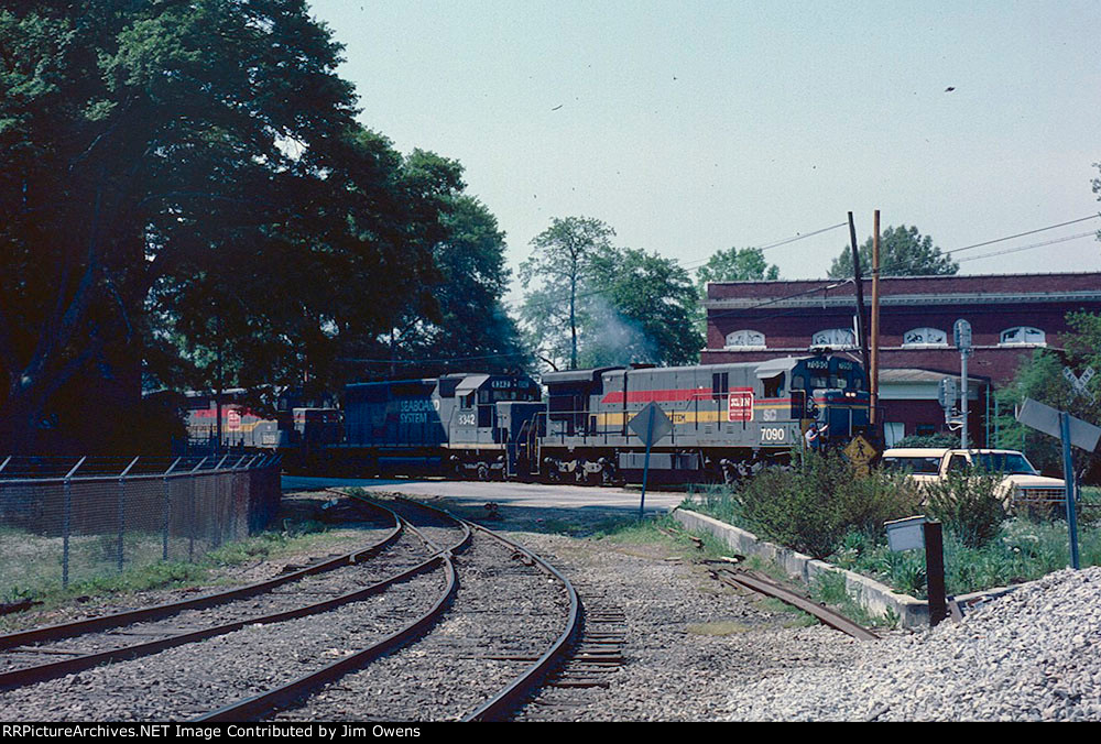 The CSX Gainesville local approaches the NS crossing to head downtown and tie up.