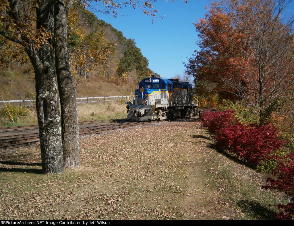 5017 pulls into Arkville Station