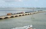 BNSF 4131 creeps northwest on the Galveston Causeway towards the Lift Bridge