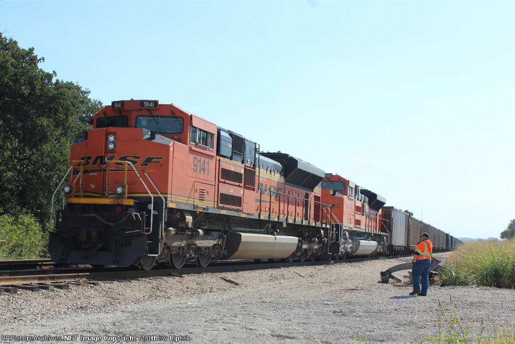 BNSF 9141 and BNSF 8561