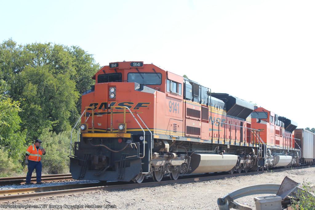 BNSF 9141 and BNSF 8561