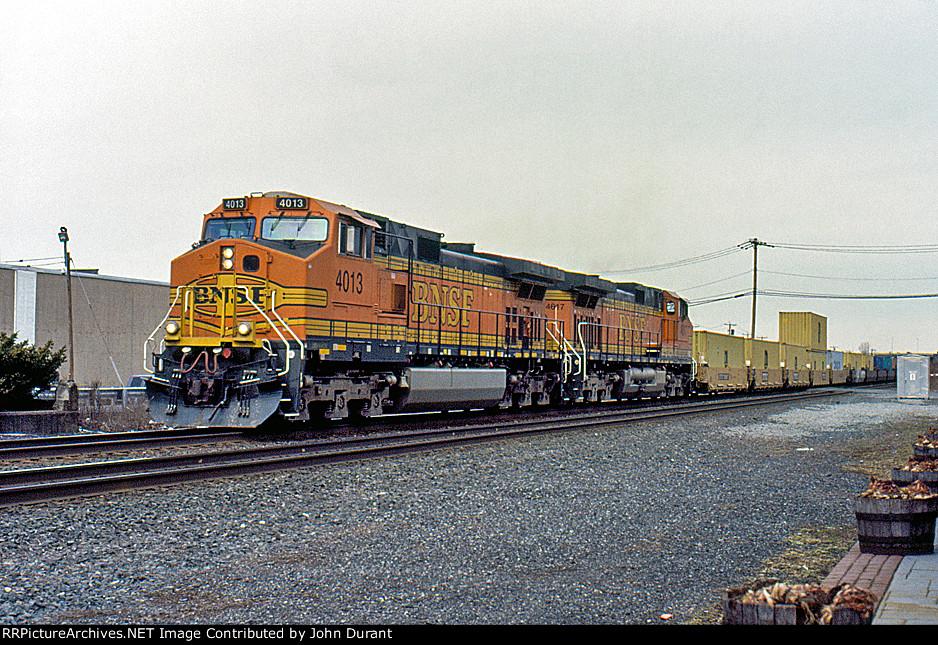 BNSF 4013 on Q-112