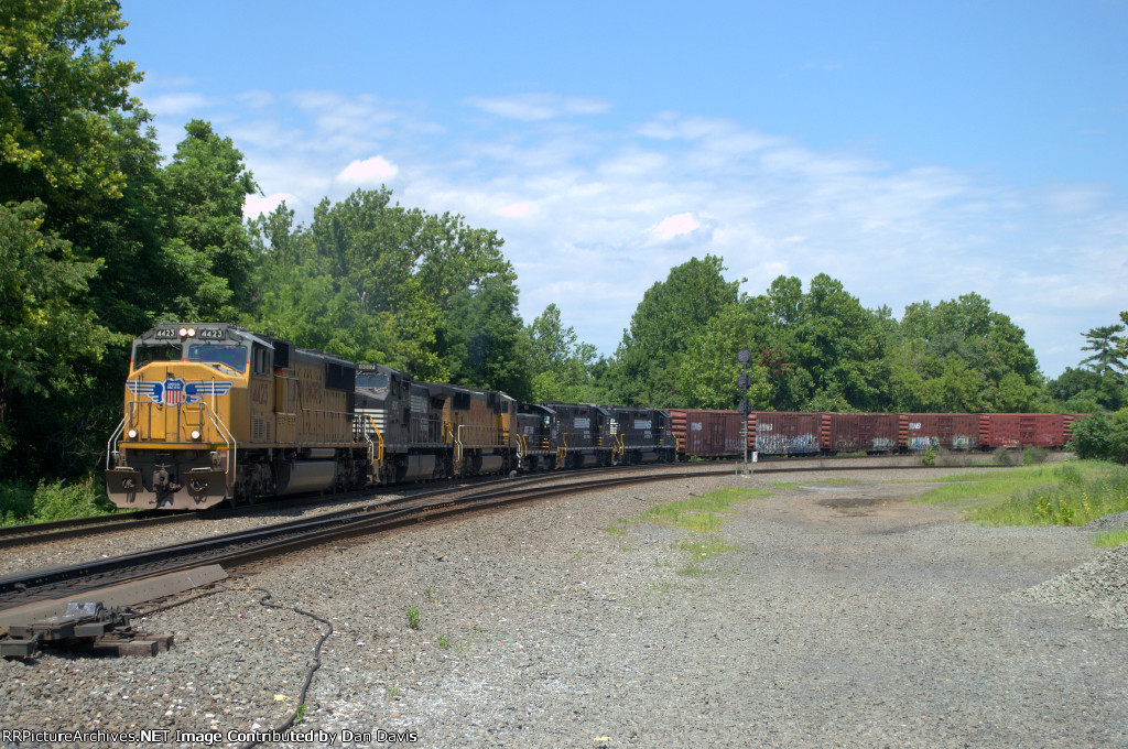 UP SD70M 4423 leads 38G