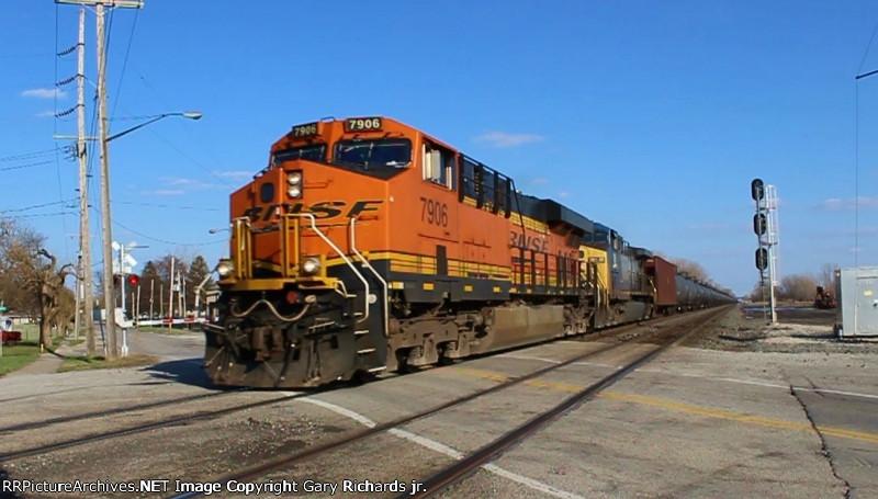 BNSF 7906 & CSX 18