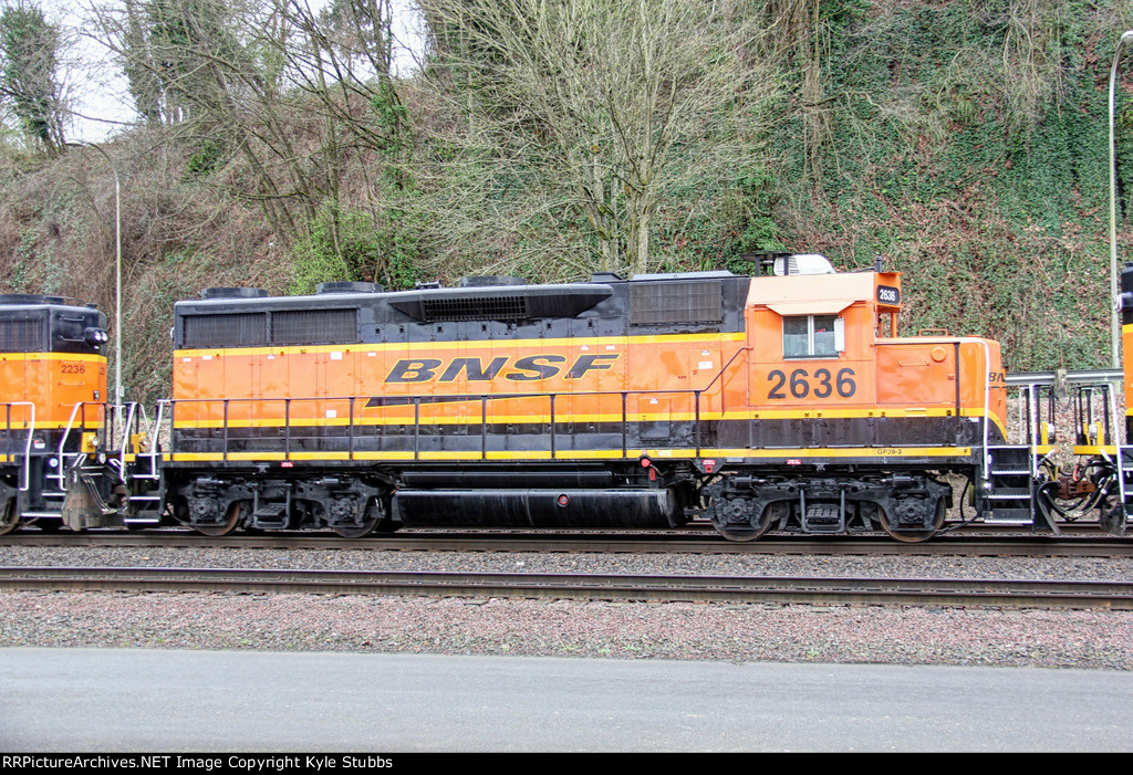BNSF 2636 idling along Schuster Parkway