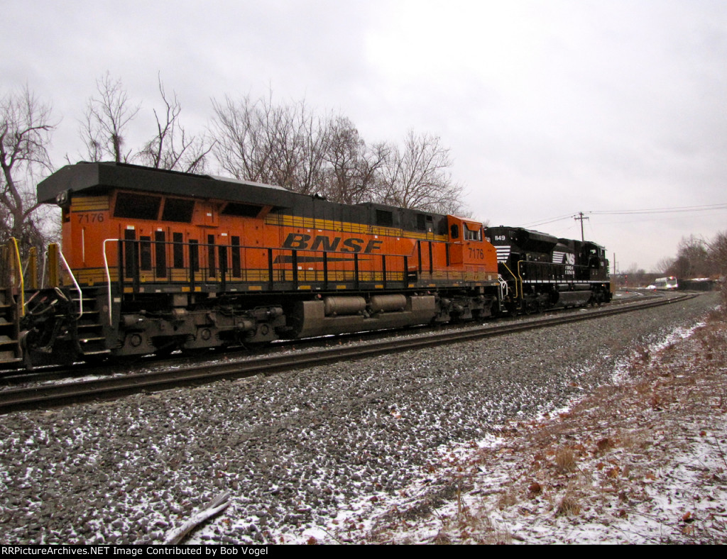 BNSF 7176 and NS 1149