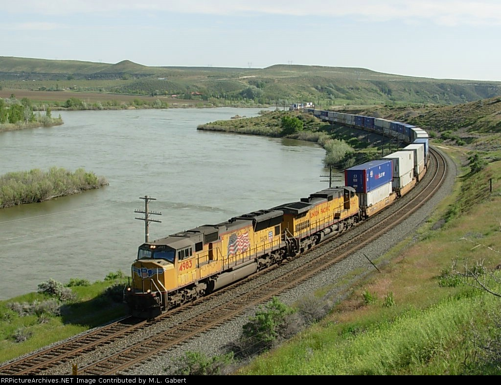 UP 4983 winds it's way along the Snake River