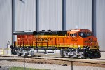 BNSF 8369 Rolls off the Transfer Dolly as the GE crewmember directs the Engineer reward with his handsignals