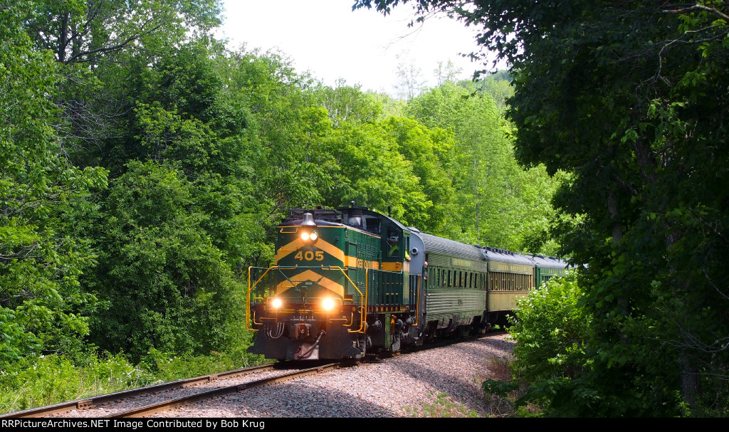 GMRC 405 leads the westbound Green Mountain Flyer downgrade
