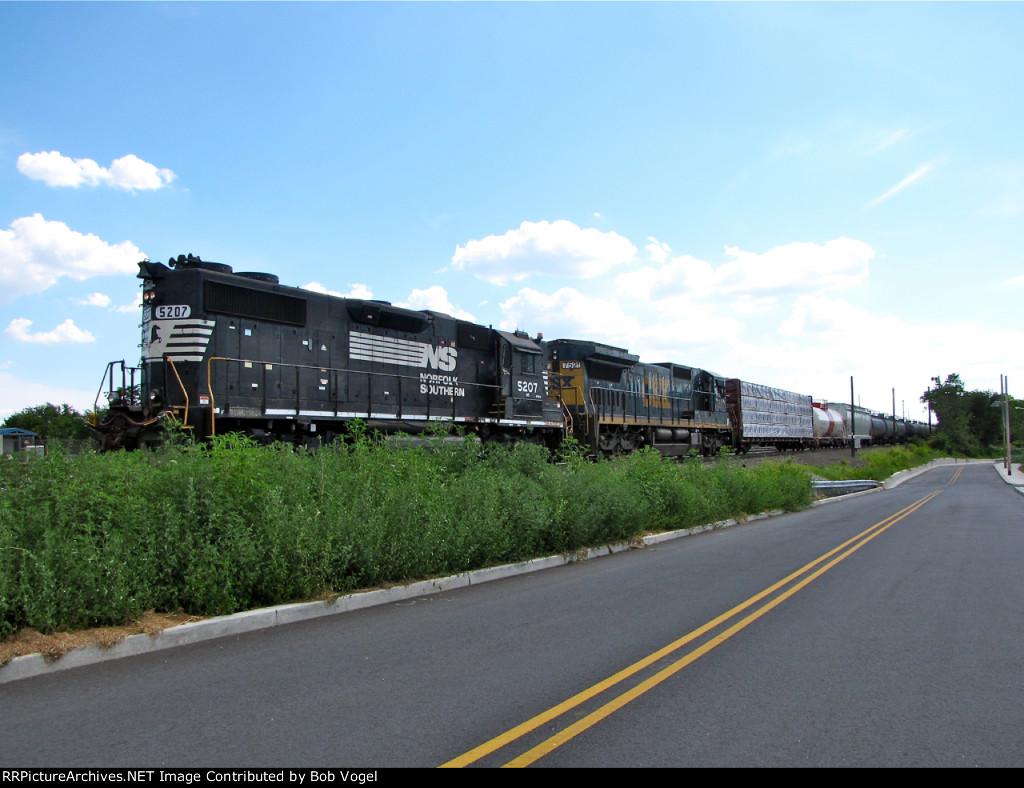 NS 5207 and CSX 7521