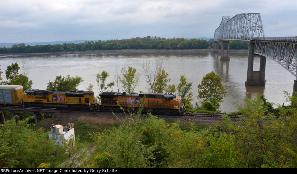 UP 6019 and 8518 at the Chester, IL Bridge