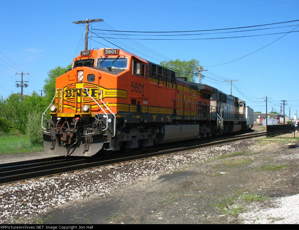 C766 rolling around the Chicago Wye behind BNSF 5601 & BN 9516