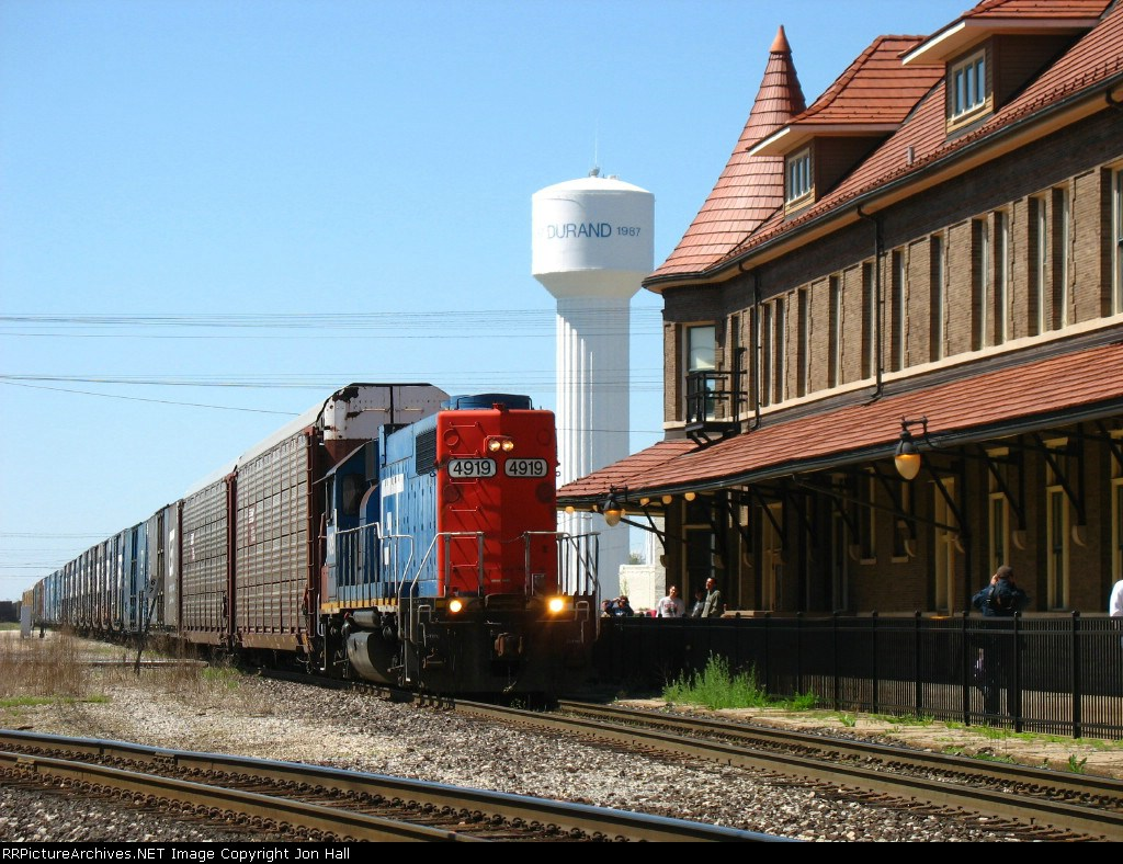 GTW 4919 pushing L500 into the yard past the station