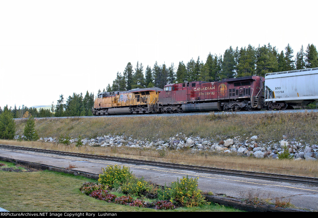 UP 5551 and CP 9623 at Lake Louise