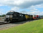 NS 8429 (C40-8W) UP 8776 (SD70ACe)