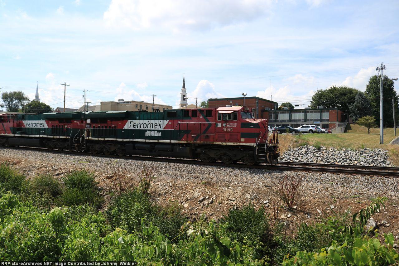 FXE 4694 leads NS coal train 686