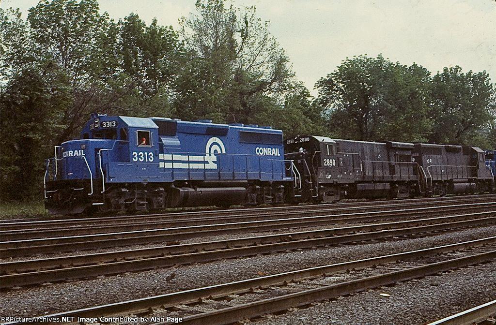 CR GP40-2 3313 leads U33B 2890, GP40 3008, and U23B 2707