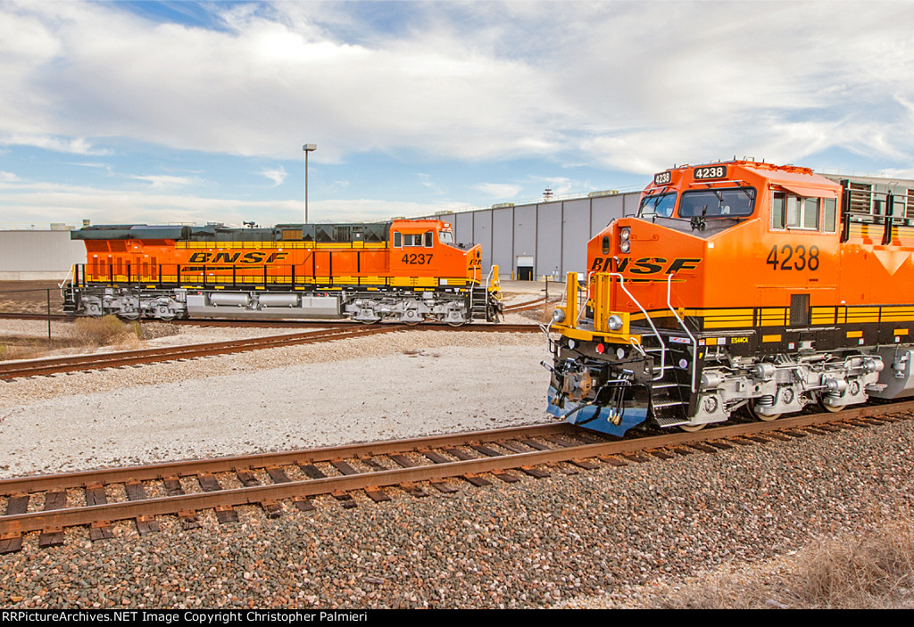 BNSF 4237 and BNSF 4238