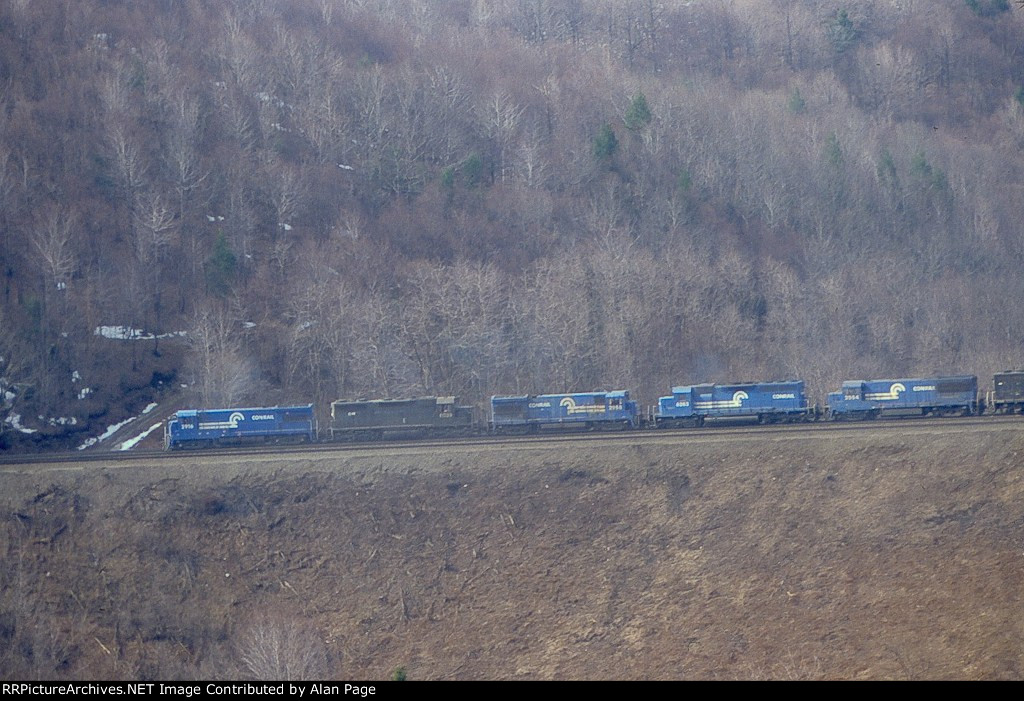 CR U33B 2916, SD35 6039, U33B 2958, SD40 6283, U25B 2564, and a GP38 pull empty hoppers up the hill