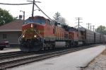 BNSF 4586 hammers by the depot