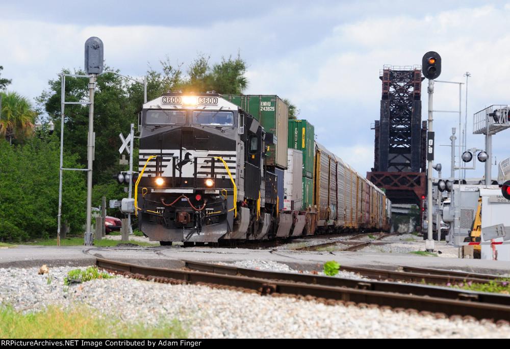 NS 3600 on NS 285