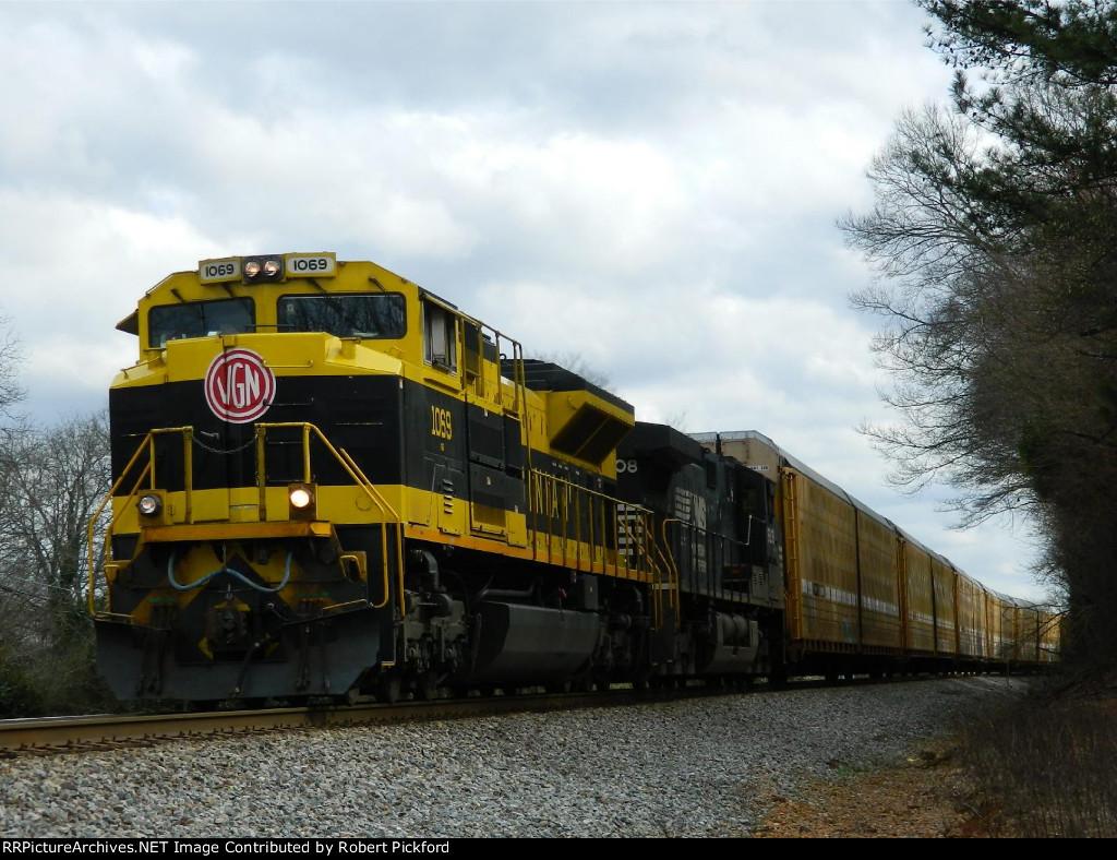 NS 1069 (SD70ACe) 9808 (C40-9W)